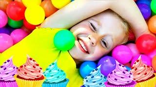 Nastya gibt vor, mit neuen Freunden und Spielzeugen zu spielen