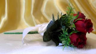 Свадебный букет-дублёр из красных роз с лентой цвета айвори №26
