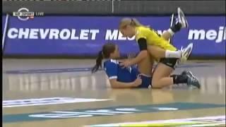 لاعبة تسقط على زميلتها بشكل مريب