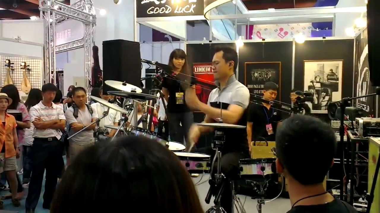 2012臺北世貿樂器展-超猛打鼓哥!! - YouTube