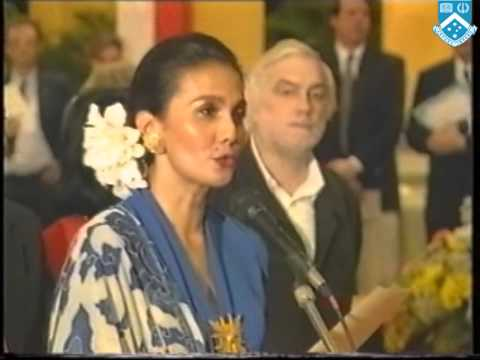 Presentation by Queen Norodom Monineath of Museum Norodom Sihanouk (1997)