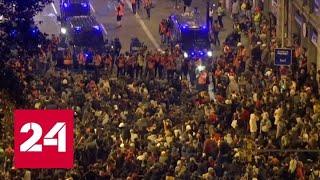 Смотреть видео Протестующие превратили Рамблу в Барселоне в арену беспорядков - Россия 24 онлайн