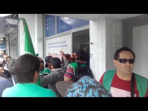 Integrantes del gremio ATE irrumpieron en una oficina que iba a inaugurar el gobernador