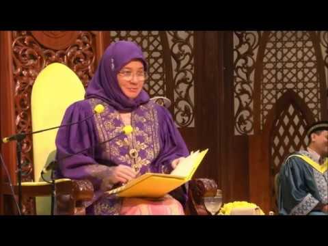 Telatah lucu KBDYMM RPA, Tunku Hajah Azizah Aminah Maimunah Iskandariah ketika menyampaikan ijazah.