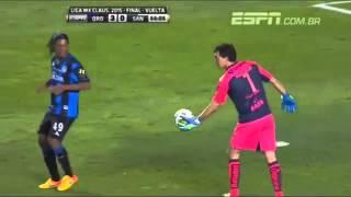 Ronaldinho pega a bola do goleiro adversario mito