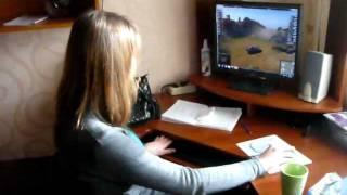 Девушка играет в игру World Of Tanks (танки)