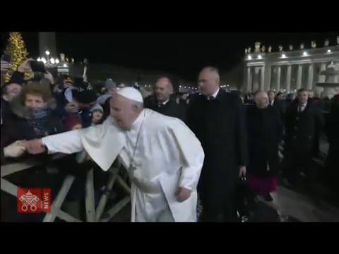 Klaps auf die Hand: Papst ist sauer auf zudringliche Anhängerin