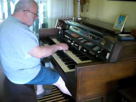 """Mike Reed plays Lenny Dee's """"Toot Toot Tootsie"""" on his Hammond Organ"""