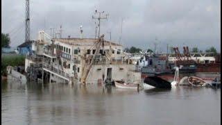 Корабль ушел на дно после ремонта.MestoproTV(В ночь на четверг в затоне рембазы флота частично затонул плавучий земснаряд, спущенный на воду после капит..., 2014-07-24T21:10:36.000Z)