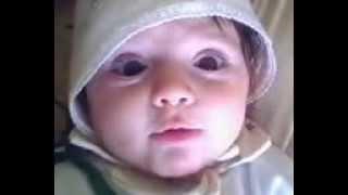 سهومه _ طفلة صغيرة جداً تلعب مع نفسها ومعي...