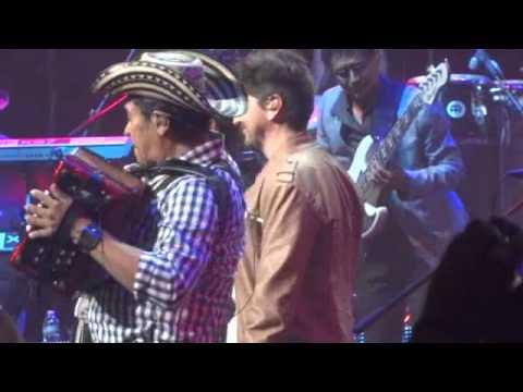 Carlos Vives y Juanes (En Vivo) - La Tierra Del Olvido