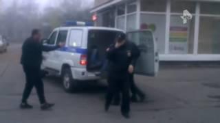 В Петербурге пьяная компания устроила потасовку с полицейскими