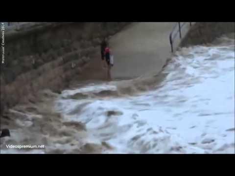 Chica arrastrada por una ola en la playa del Sardinero, Santander