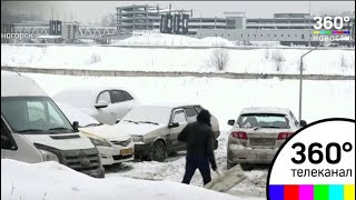 Коммунальщики продолжают очищать дороги после ночного снегопада