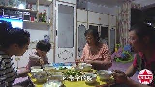 东北大龙483:农忙的季节,父子2人参地干农活,这才是真实农村生活