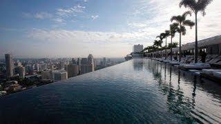 Бассейн на крыше отеля(Marina Bay Sands)Сингапур(Бассейн на крыше отеля Marina Bay Sands. Бортик спроектирован так, что он находится чуть ниже поверхности воды..., 2013-04-10T18:43:33.000Z)