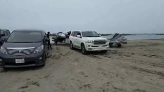 ランクル200砂浜でハマル4.