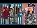 CRIANÇA FINGE BRINCAR de SER POLICIAL 1 ★ KIDS PRETEND PLAY WITH POLICE COSTUME ★ VIDEO PARA CRIANÇA