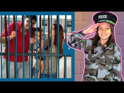 CRIANÇA FINGE BRINCAR SER POLICIAL 1 ★ KIDS PRETEND PLAY WITH POLICE COSTUME ★ VIDEO PARA CRIANÇA