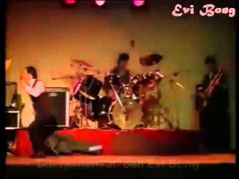 Kasino Warkop DKI Singing a Mandarin Song