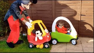 Alex montando en Cozy Coupe con Mickey Mouse y Tayo El Bus Pequeno