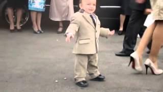 Чудо ребенок танцует