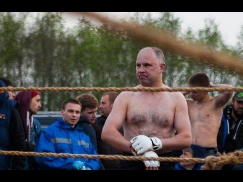 Un vieillard contre MMA combattant