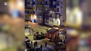 Жители Кудрово руками растолкали припаркованные машины, чтобы пропустить пожарную машину