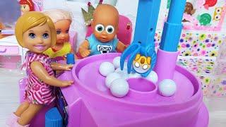 Фото АВТОМАТ С КОНФЕТАМИ ПРЯМО У НАС ДОМА! КАТЯ И МАКС веселая семейка. Смешной сериал живые куклы