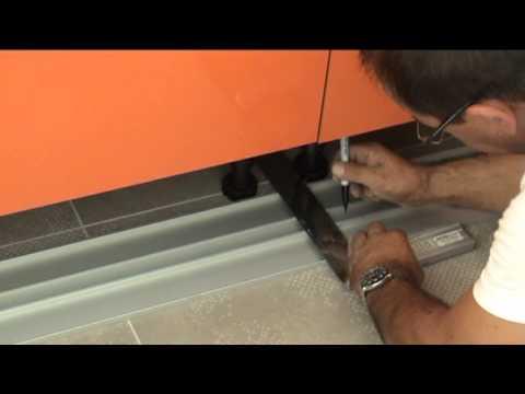 Leroy merlin video comment poser des meubles de cuisine for Montage plinthe cuisine