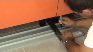 montage d une cuisine decoupes et fixation des plinthes en aluminium