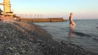 Шум моря курорта СОЧИ, пляж санатория Искра 20 августа 2015 года. Фильм №03.