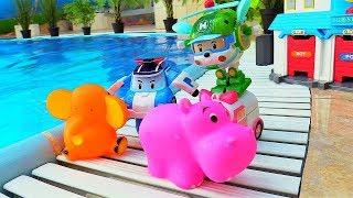 Игры с машинками - Поли Робокар в бассейне - Видео с игрушками.