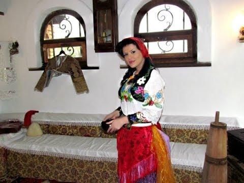 Greta Koçi një nuse me veshje tradicionale