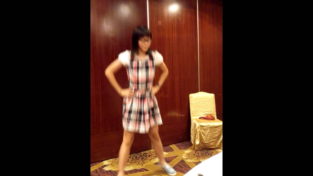 國二小女生自學舞蹈