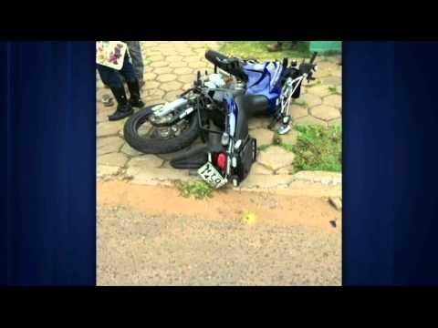 Mulher cruza preferencial e atinge dois Guardas Municipais em motocicletas