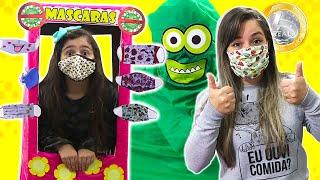Heloísa vende máscaras contra o vírus malvado em sua maquina de um real
