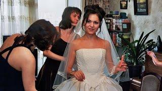 Невеста не может сдержать смех на свадебной церемонии