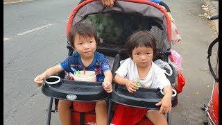Xót 2 đứa trẻ mới 3 tuổi đã phải dầm mưa nắng cùng ngoại bán vé số