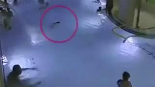 بالفيديو.. طفل يكافح الغرق في حمام سباحة وسط العشرات