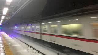 大雪の中、京急線を走る都営車