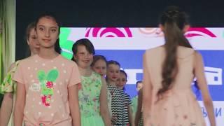 Показ группы teen models в нарядах Acoola