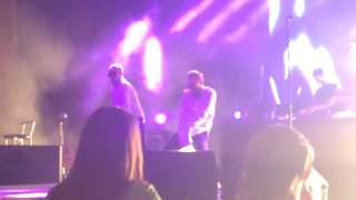 Максим Ердаков и Паша Гусев танцуют на концерте Егора Крида