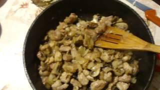 Паста со свининой и шампиньонами в сливочном соусе. Pasta with pork and mushrooms in a cream sauce.