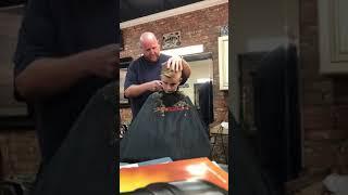 Парикмахер отрезал ухо мальчику