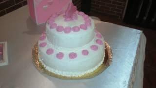 Свадебный торт украшен сливками
