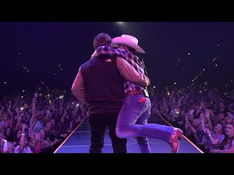 """Justin Moore Celebrates Father's Day By Bringing His Dad On Stage To Sing """"Small Town USA"""""""