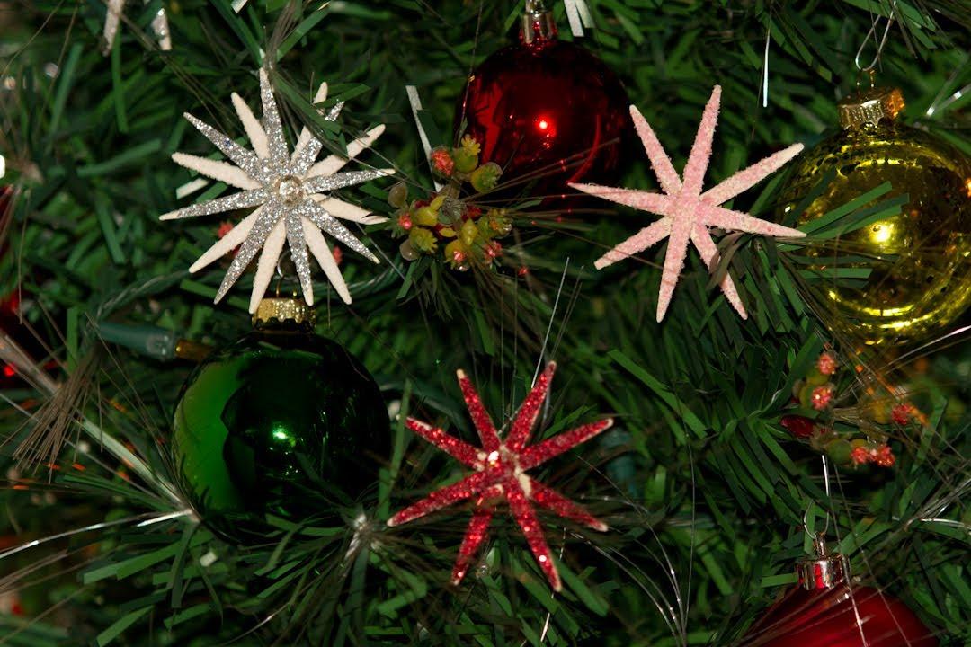 Adorno de estrella y copo de nieve escarchado de palillos for Adornos navidenos para el arbol