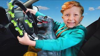 Лёва и динозавр весело едут на машине с папой и поют детскую песню