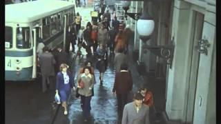 Нас в набитых трамваях болтает (песня из кинофильма